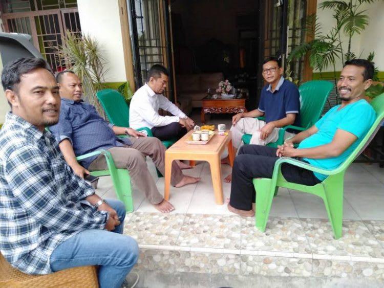 Ketua DPC PPP Kabupaten Labuhanbatu, Muniruddin SAg (berkacamata) saat sedang menerima kunjungan silaturahmi Ketua dan Pengurus Wilayah Pemuda Muslimin Indonesia Provinsi Sumatera Utara di kediamannya, Rabu, 29 Januari 2020.