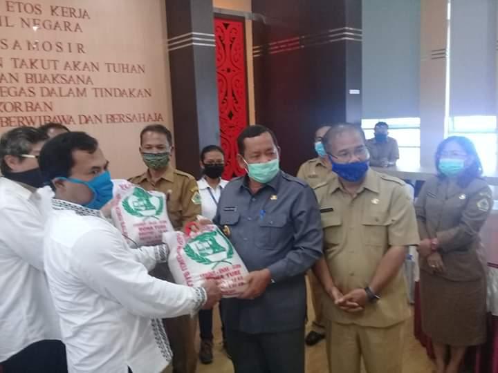 Bupati Samosir Rapidin Simbolon saat menerima bantuan dari PT SPL, Senin 4 Mei 2020. Foto Ist