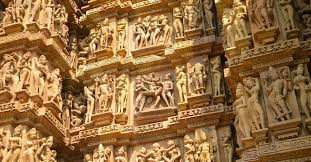 Relief yang menggambarkan kegiatan seks di dinding Kuil Khajuraho, India. (Wikimedia). Historia