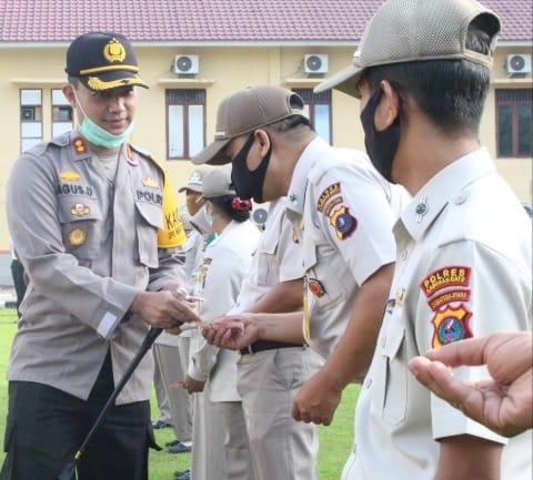 Kapolres Labuhanbatu, AKBP Agus Darojat, 'menyulap' uang pecahan Rp 1000,- menjadi Rp 100.000,- dan memberikannya kepada seluruh personil