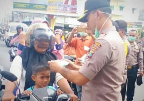 Kapolres Labuhanbatu, AKBP Agus Darojat, membagi-bagikan masker gratis kepada masyarakat