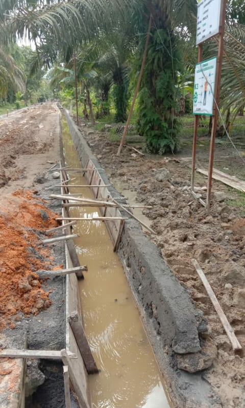 Pekerjaan proyek pembuatan parit di Desa Meranti Paham, Kecamatan Panai Hulu, Kabupaten Labuhanbatu yang dikerjakan perusahaan konstruksi CV Ikaliana