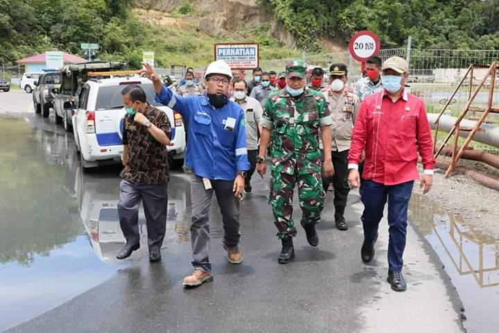 Bupati Taput Nikson Nababan dan rombongan saat meninjau PT SOL