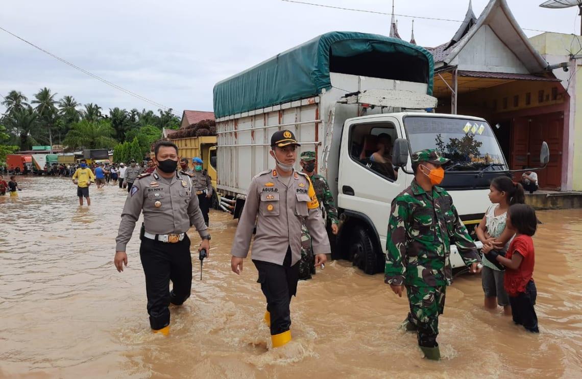 Kapolres Labuhanbatu AKBP Agus Darojat bersama Dandim 0209/LB, Letkol Inf Santoso, saat berada di lokasi banjir di Kelurahan Bandar Durian, Kecamatan Aek Natas, Kabupaten Labuhanbatu Utara