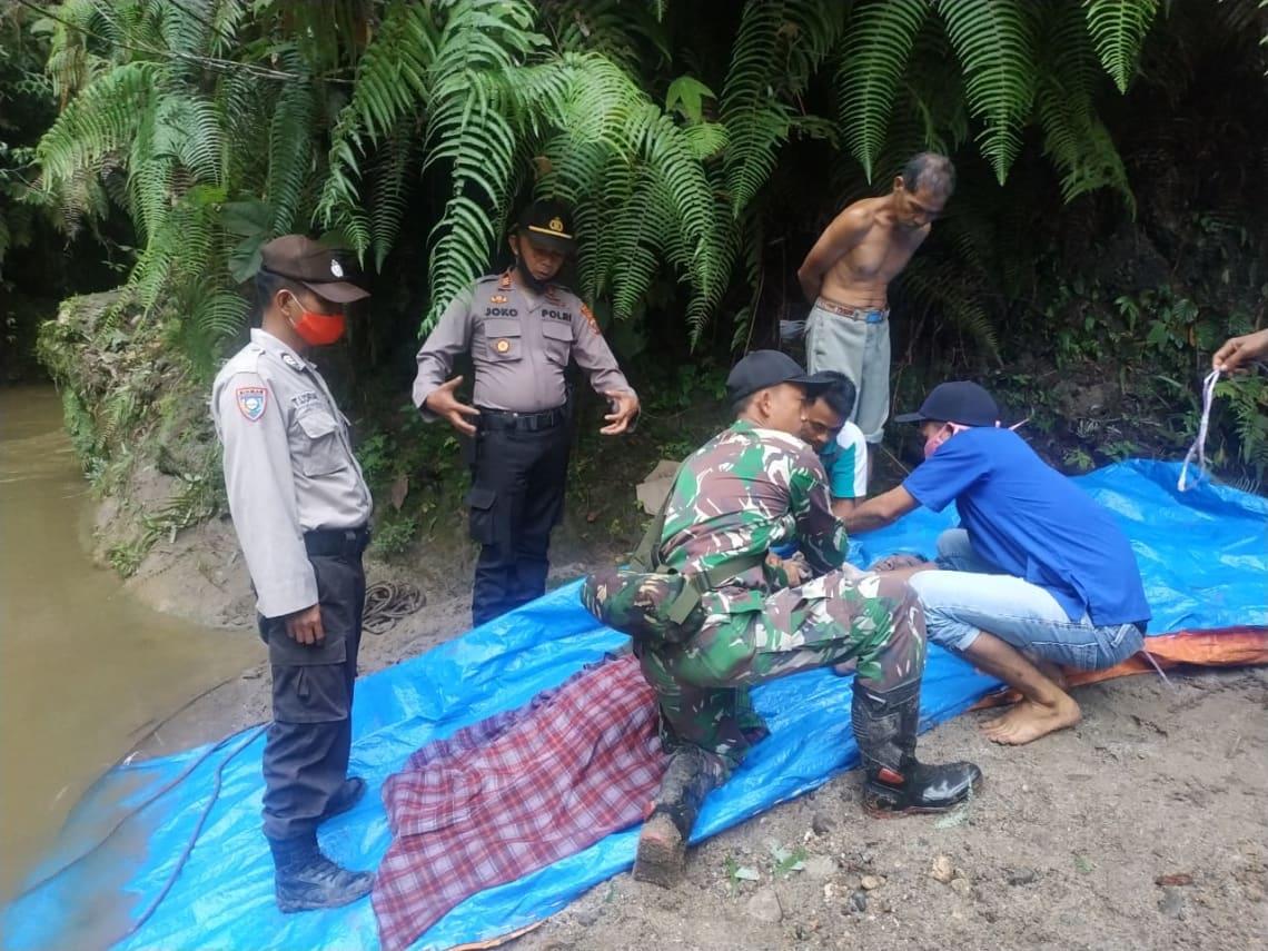 Korban, Marto Tumanggor saat dievakuasi petugas. Foto dekrit/DH