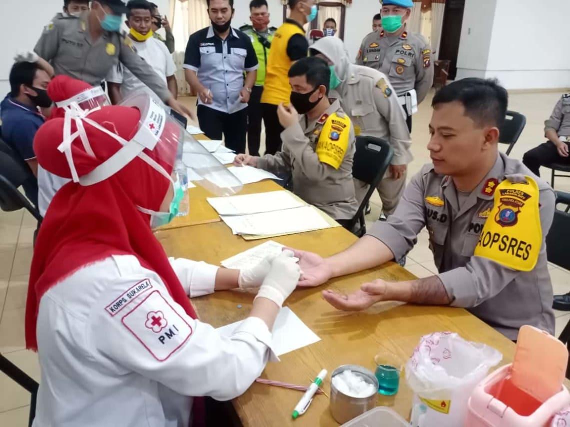 Kapolres Labuhanbatu, AKBP Agus Darojat, saat diambil sample golongan darahnya oleh petugas medis PMI Labuhanbatu