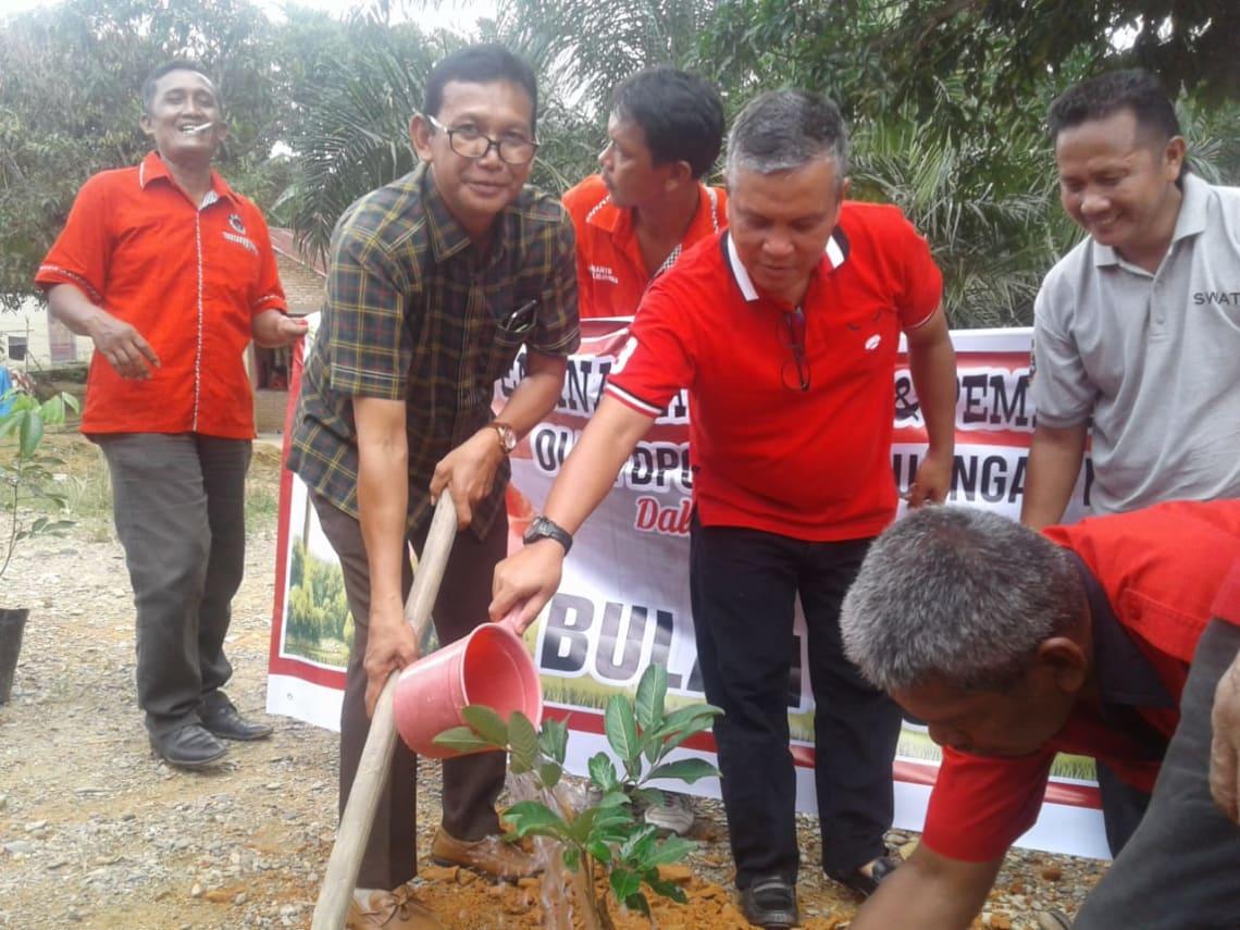 Ketua DPC PDIP Kabupaten Labuhanbatu, Dahlan Bukhari bersama Balon Wabup, Muniruddin SAg, menanamkan pohon rambutan di pekarangan rumah warga di Dusun Simpang Sawit, Desa Bandar Tinggi, Kecamatan Bilah Hulu.