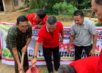 Ketua DPC PDIP Labuhanbatu, Dahlan Bukhari, bersama Balon Wabup, Muniruddin SAg menanamkan pohon rambutan di pekarangan rumah warga Dusun Simpang Sawit, Desa Bandar Tinggi,