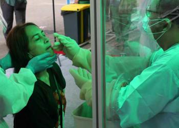 Tim medis saat melakukan swab test . (Foto: David Gita Roza)