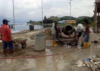 Para pekerja di lokasi pembangunan rest area Pelabuhan Ambarita, Selasa 14 Januari 2020.