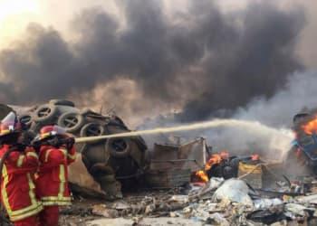 Petugas pemadam kebakaran memadamkan api di lokasi ledakan, Lebanon, Selasa, 4 Agustus 2020. Foto : Reuters