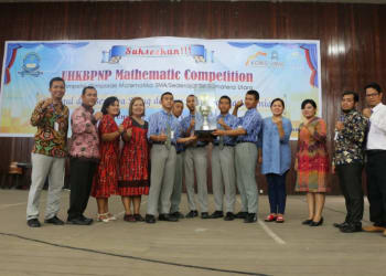 Rektorat dan Dekanat UHKBPNP  serta Panitia Olimpiade Matematika foto bersama dengan para juara.