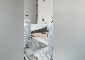 Petugas kepolisian dilengkapi APD menyelidiki pasien positif Covid-19 yang bunuh diri di RS Royal Prima Medan, Rabu 5 Agustus 2020. (Ist)