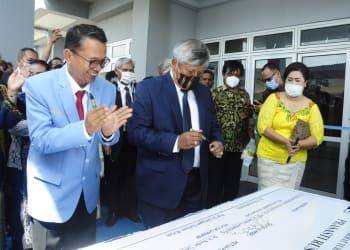 Ephorus HKBP Pdt Dr Darwin Lumbantobing didampingi Rektor UHKBPNP Prof.Dr.Sanggam Siahaan,M,Hum saat menandatangani prasasti, Jumat 30 Oktober 2020.