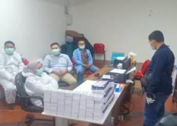 Tim Dirkrimsus Poldasu saat melakukan penggerebekan lokasi layanan rapid tes di Bandara Kualanamu, Selasa. Foto: Istimewa