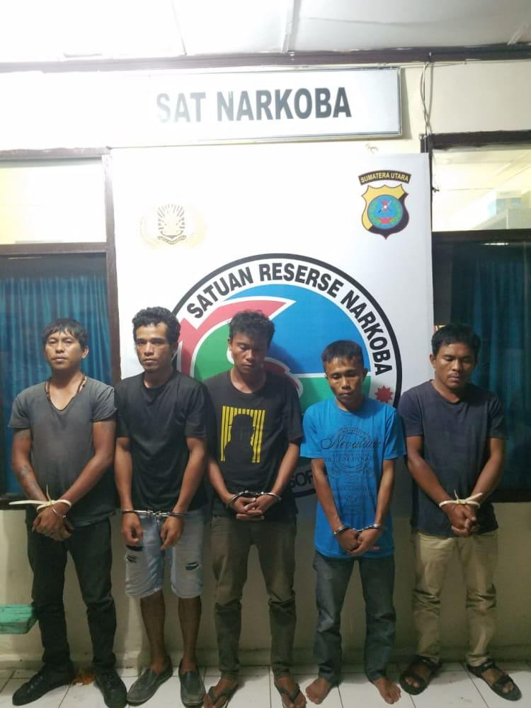 Teks Photo: Kelima tersangka saat diamankan di Polres Taput. (dompak)