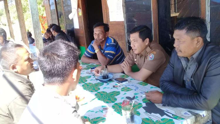 Camat Parmonangan Erwan Hutagalung  didampingi koordinator PPL Erikson Sibagariang saat diskusi bersama petani desa Aek Raja, Senin 24 Februari 2020. Foto : HSN/dekrit.com