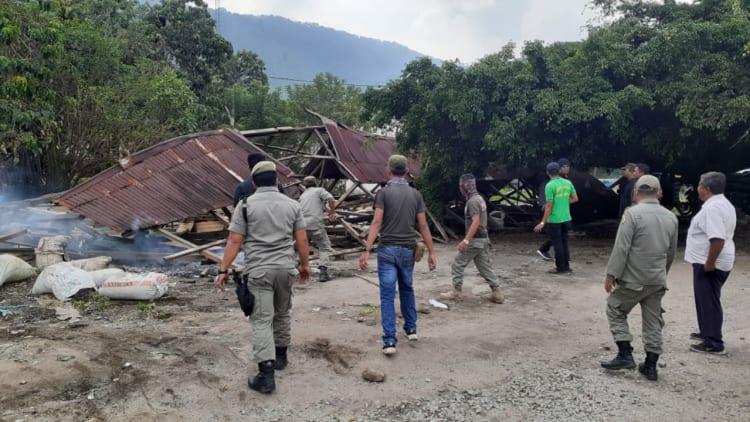 Personel Satpol PP Samosir mengawal  pembongkaran rumah warga di seputaran lokasi pelabuhan Ambarita.