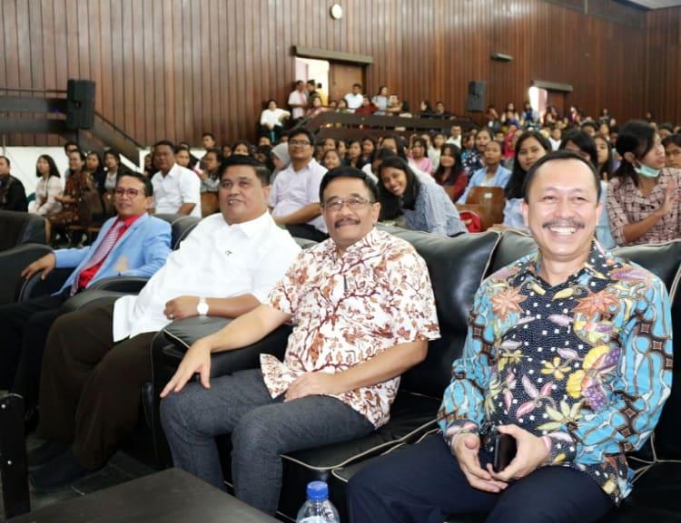 Rektor UHKBPNP (kiri mengenakan jas) didampingi Sekretaris Yayasan Pdt Dr.Pintor Sitanggang, Djarot Saiful Hidayat dan Ahmad Taufan Damanik.