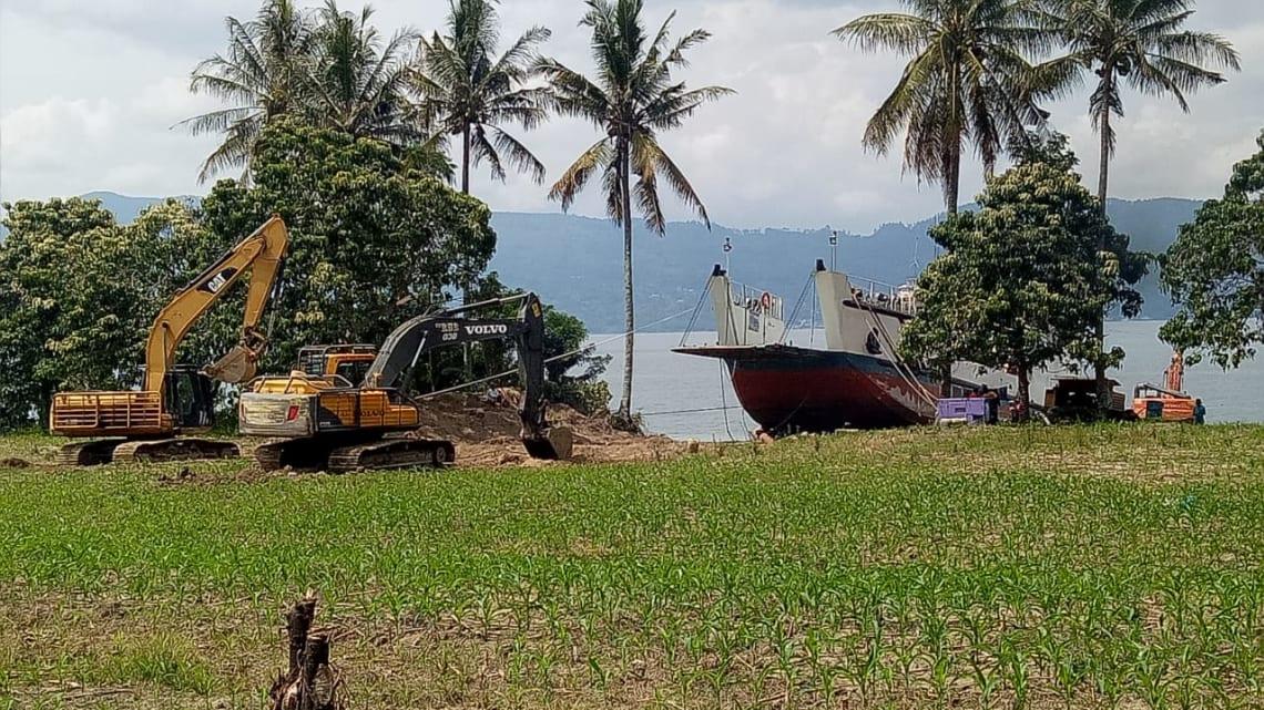 KMP Sumut I saat sandar di dermaga buatan di Desa Simanindo. Foto Manru/dekrit.com