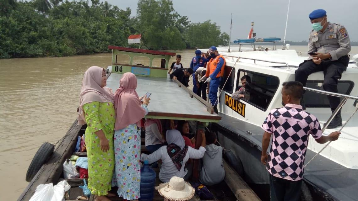 Para penumpang di atas kapal penyeberangan yang akan bertolak dari pelabuhan Tanjung Sarang-Elang menuju pelabuhan Labuhanbilik