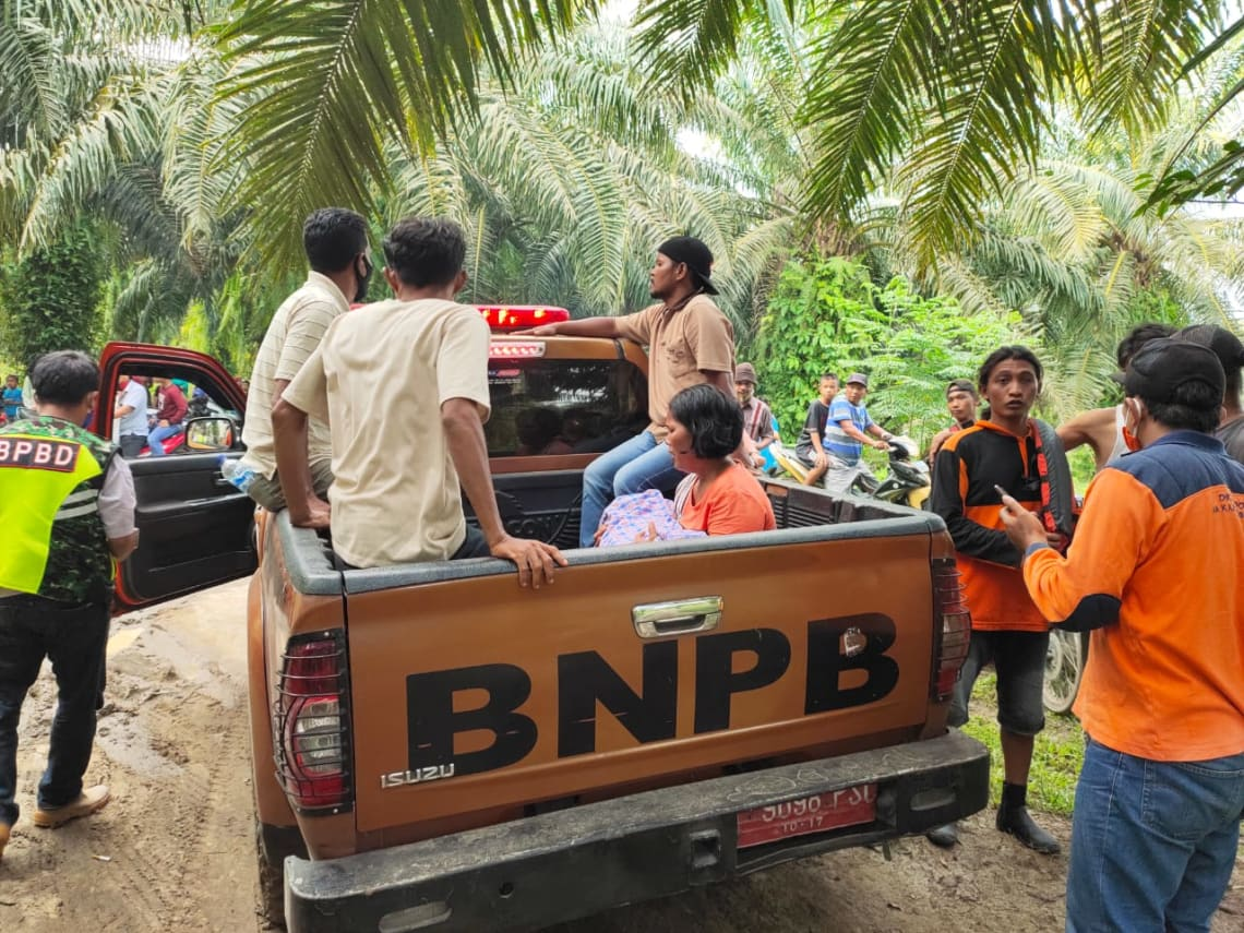 Petugas menyerahkan jenazah anak kepada ibunya usai ditemukan di sungai