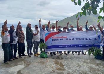 Cabup Simalungun Radiapoh Hasiholan Sinaga bersama pengurus Forum Komunikasi Sadar Wisata (Forkopdarwis) Haranggaol