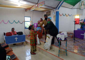 Pengurus gereja HKI Aekraja menyerahkan bantuan kepada jemaat yang terdampak Covid-19
