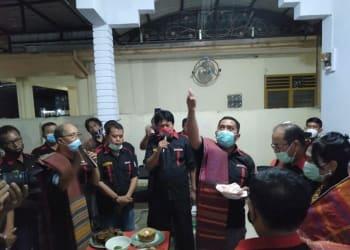 Dewan Pendiri Humatob dan pengurus  Humatob Siantar saat memberikan Dekke Simudur-Udur kepada Asner Silalahi. Foto Dekrit