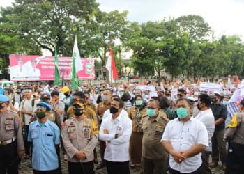 Aksi Bela Islam pemandian jenazah seorang wanita oleh empat orang pria di RSUD Djasamen Saragih, Pematangsiantar, Senin, 5 Oktober 2020.
