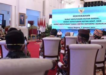 Presiden Jokowi saat menyerahkan SK pengelolaan hutan, Kamis, 7 Januari 2020. Foto : Setneg