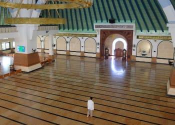 Suasana ruang utama shalat Masjid Agung Jawa Tengah (MAJT) yang lengang karena tak digunakan untuk aktifitas shalat Jumat pada Jumat (27/03/2020). (Foto : Chandra AN)