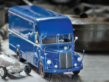 Blaumann mit Stern: Mercedes O 3500 Renntransporter von Schuco in 1:43