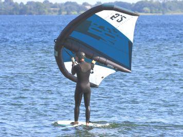 Tipps & Tricks: So dümpelst du mit dem Wing bei Leichtwind