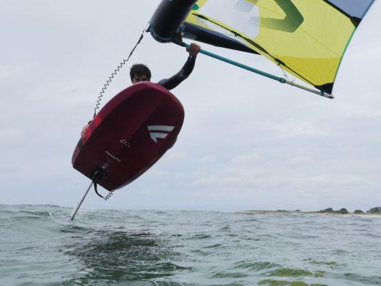Die Leash wird am Heck befestigt und verbindet das Board mit dem Surfer
