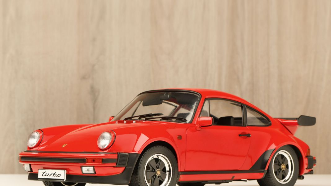 Der rote Faden: Porsche 911 Turbo 3.3 von Schuco in 1:12