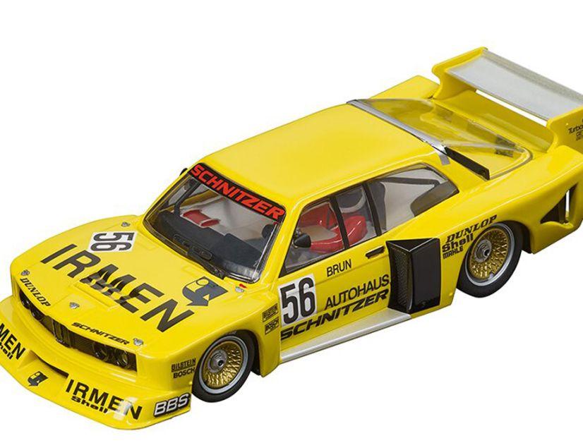 Neben der rotorangen Version des Teams Oppitzhauser bringt Carrera auch die gelbe Startnummer 56 von Walter Brun des BMW 320i Gruppe 5 in Flachbauversion in den Handel