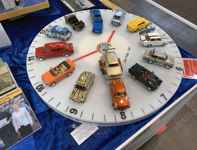 """Modellbau spielt in Leipzig traditionell eine wichtige Rolle. Hier die """"Trabbi-Uhr"""" mit 1:24-Umbauten auf Trabant-Basis in der Baugröße 1:24 auf einem Clubstand"""