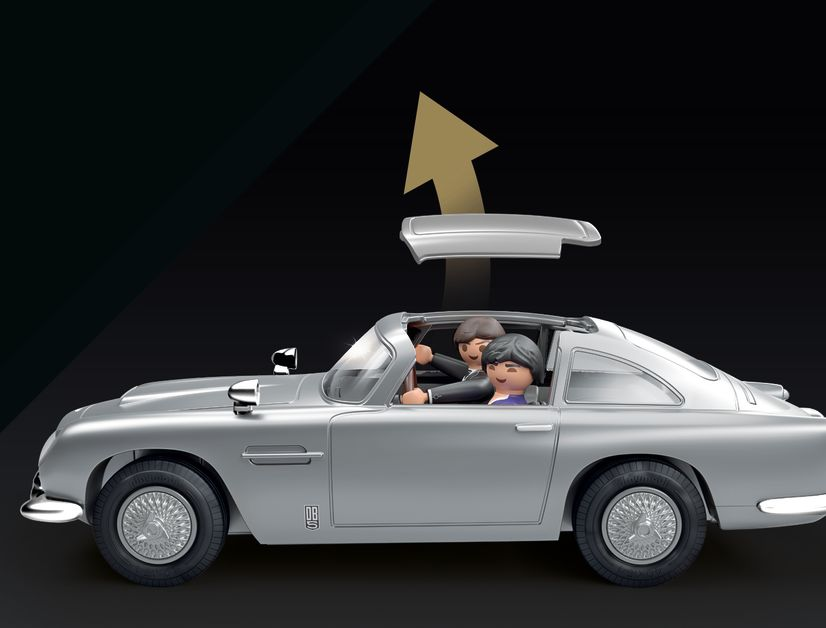 Ja, das ist die wichtigste Frage: Hat der Aston einen Schleudersitz mit absprengbarem Dach? Natürlich!