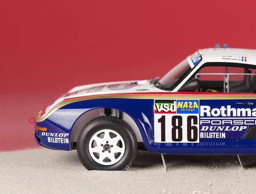 Zwei Sondermodelle in 1:43 und 1:18 (siehe Foto) erinnern an einen historischen Sieg bei der Rallye Paris Dakar. MODELL FAHRZEUG zeigt alle Details der Miniaturen