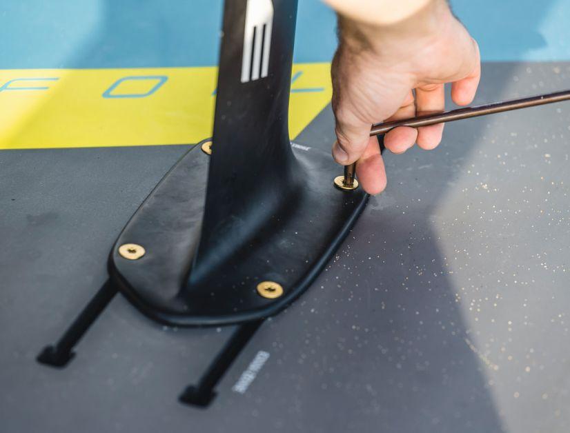 Foils werden bei allen Herstellern in einer Doppelschiene verschraubt.