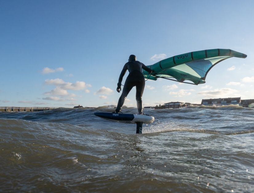 Das Surfen kleiner Dünungswellen gelingt mit einem dickeren Low-aspect Flügel besser