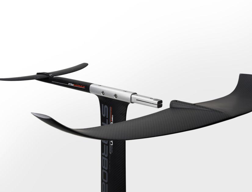 Front- und Backwing werden einfach auf die Aufnahme am Mast aufgeschoben, eine Gewindeschraube drückt die geteilte Aufnahme auseinander und fixiert die Flügel