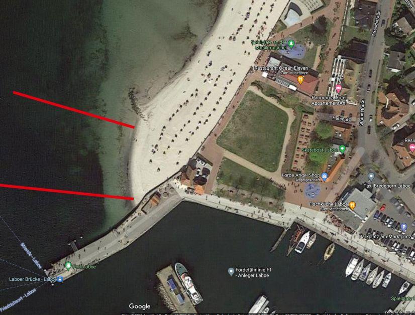 Der Einsteigskorridor für Wassersportler befindet sich zwischen Hafenmauer und der kleinen Mole. Der Schwimmbereich muss gemieden werden