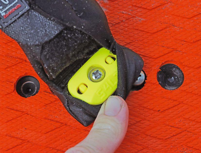 Schritt 2: ATW Platte und Originalschraube in die Fußschlaufe einsetzen