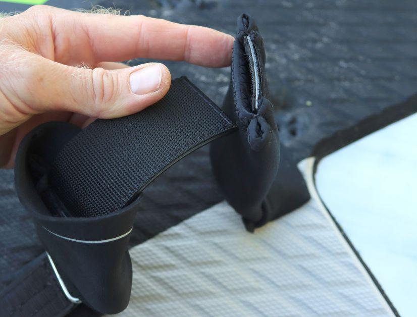 Die ION Savety Fußschlaufe ist zweigeteilt und wird über ein Klett zusammengehalten