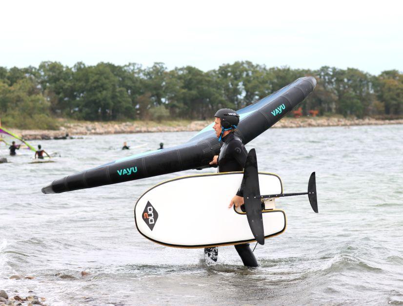 Die Aussparung für den Foilmast dient beim Duo Plate Wingboard als guter Tragegriff