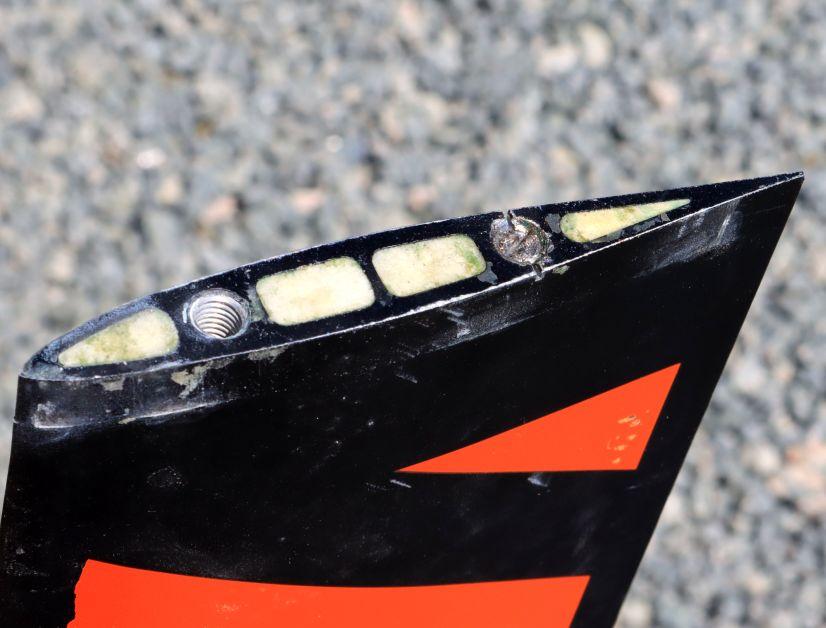 Bei entfernter Platte zeigt sich das Problem: Eine Schraube ist abgerissen (rechts) und steckt bombenfest im Gewinde