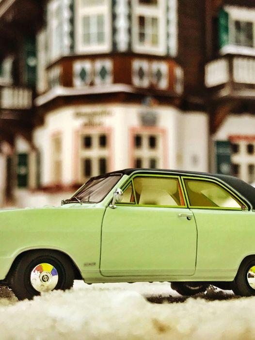 Mit mehr Lametta: '67 Opel Olympia A von Neo Scale in 1:43