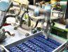 Der Roboter greift Nachschub für die Bedruckung